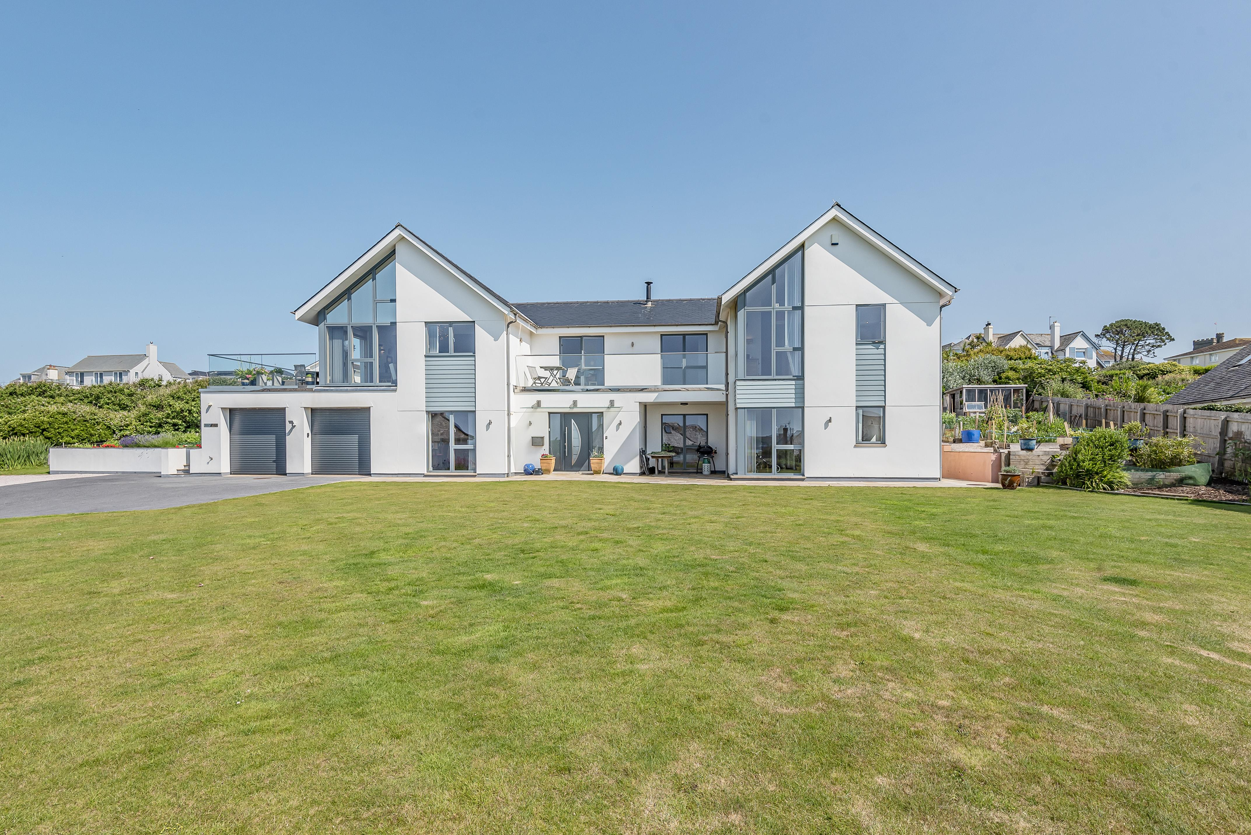Southerly is an outstanding modern house, with spacious family accommodation of over 4,400 sq ft, located on the private Yarmer Estate